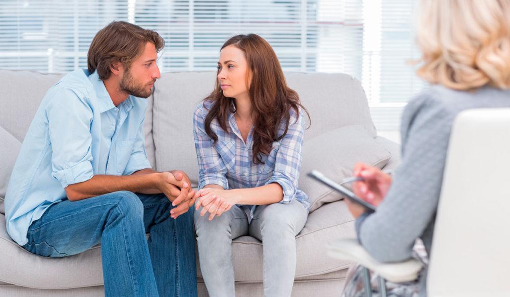 La terapia de pareja es el tratamiento psicológico que un profesional proporciona ante cualquier situación de conflicto